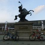 伊集院駅前に島津義弘公の銅像。