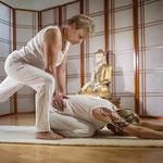 Yoga Adjustments - wohltuende Unterstützung