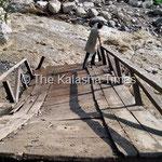 2013年8月。一部流された橋。場所は不明。Photo by Ruke Rehmat