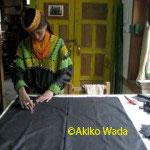 物差しで布を裁断する作業をできる女性は少ない