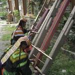 織り機でクラフト用の布を織る