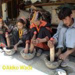 灰汁で煮た草木の皮を石うすでつく
