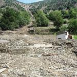 2013年8月。土石流で流されて壁一枚だけ残ったカラーシャ小学校。Photo by Ruke Rehmat