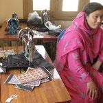 フンザの女性たちが働く海外支援が入ったNGO。製品の値段は高めなのに、外注に出す刺繍の作業賃が1インチ平方で、たったの3ルピーとは驚き。
