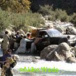 発電所までの道がなく、川に石を投げ入れて浅くして多くが人力作戦で運ぶ。