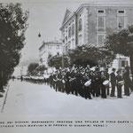 1938. la banda dei marinaretti sfila in Viale Dante davanti alkla sede del Dopolavoro ( ex Concordia e Ginnastica )