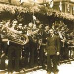 1938. La banda alla stazione treni di Mori. Aspettando il treno con Hitler e Mussolini