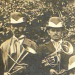 Due musicisti con il tipico cappello della Società Ginnastica. ( Cappello grigio con fascia bianca, penna di fagiano fermata dalla placca di metallo con lo stemma sociale )