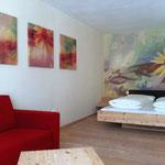 Künstlerische Gestaltung der Hotelzimmer, Vitalhotel Rainer, St. Walburg, Ultental, Südtirol - Arnika-Komfortzimmer - Wandbemalung und Drucke auf Leinwand