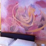 """Vitalhotel Rainer, Val d'Ultimo, Alto Adige - pittura su parete e stampe su tela """"stanza delle rose"""", dettaglio"""