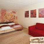 """Vitalhotel Rainer, Val d'Ultimo, Alto Adige - pittura su parete e stampe su tela """"stanza delle rose"""""""