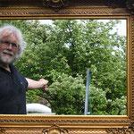 ein grosser barocker Bilderrahmen lädt zur Sicht in den Garten