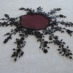 bordeaux mit schwarzen Blumen, flach liegend