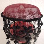 bordeaux mit schwarzen Blumen, Detail