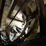 Blick in den Schacht. Dieser hatte zuletzt 370 m Teufe. Nach der Schließung der Grube wurde der Schacht 1970 bis zu einer Teufe von 63 m mit Beton verfüllt.