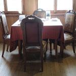 Auf diesen Stühlen lebte es sich anno dazumal herrschaftlich.