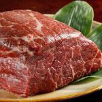 上質な鯨肉もお客様のお好みで調理します
