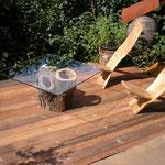 Terasse mit zwei Steckstühlen Eiche und Tisch aus hohlem Apfelbaum mit Glasplatte