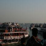 Hinter dem Gate of India gibts Ausflugsschiffe
