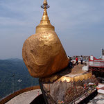 lt. Legende hält ein Haar Buddhas den Stein fest