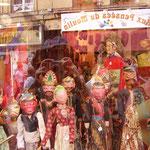 街のショーウィンドウにも人形がいっぱい