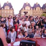 広場ではいろんな人形劇をやっていて、観客は大集中!