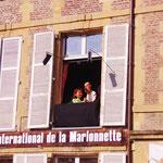 これは、シャルルビルの人形劇学校、窓が舞台で、みんなで見上げて観ました