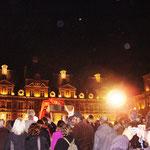 夜になっても広場は賑やか。
