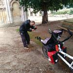 halte à l'abbaye de Blasimon avec Michel, le cyclo-campeur