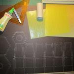 Material: brauner Fotokarton, gelbes Transparentpapier, goldene Wellpappe, Klopapierrolle