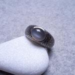 Silberring geschwärzt mit Mondstein, 195 Euro