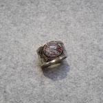 Silberring geschwärzt mit rotem Rutilquarz und 750er Rosegoldfassung, 290 Euro