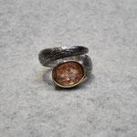 Silberring geschwärzt mit Konfettisonnenstein und 750er Gelbgoldfassung, 310 Euro