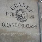 Reproduction de l'étiquette du château sur mur en pierre