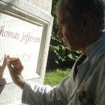 Peinture de lettres gravées sur stèle en pierre