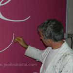 Reproduction  en peinture labellisée, sur mur de chai, du sigle du Château Lestrille