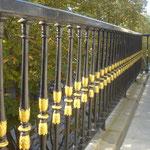 Balcon d'extérieur : peinture noire  brillante et or