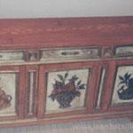 Enfilade à trois portes : dessus en faux-bois de chêne et bouquets de fleurs peints sur les portes