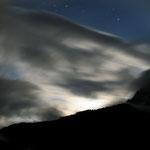 nuvole alla luce della luna