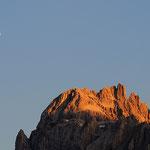 La luna e la cima di Sesto al tramonto