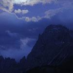 Luna piena tra le nuvole sopra la Croda Rossa