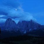 Scende la notte sul gruppo del Sassolungo  (alpe di Siusi)