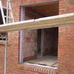 Fenster über der Haustür mit Fensterbank