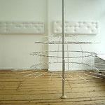 """""""Lope"""", Installation, 2006, Rohr, Textilband, Kabelbinder, Nieten"""