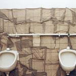 """""""Raumzeichnung - Herren-WC"""",  ehem. Verwaltungsgebäude,  2002, Wasser, Papierhandtücher"""