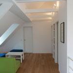 Wohnzimmer unter Dachschräge