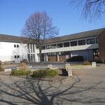 Blick auf die Schule vom Schulhof aus