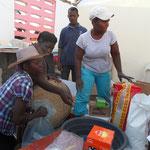 Distribution du kit d'Ayiti Aromatik avec l'aide de l'équipe de la coopérative COPVED
