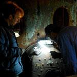 Bob en Johan bezig met het bepalen van de centerpunten voor te boren gaten voor nieuw aan te brengen draadeinden.