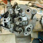 De motor stond vast maar is inmiddels al weer gangbaar. Blik op de cilinderkop met stoterstangen. Een stoterveer bleek verroest en gebroken en moet worden vervangen.